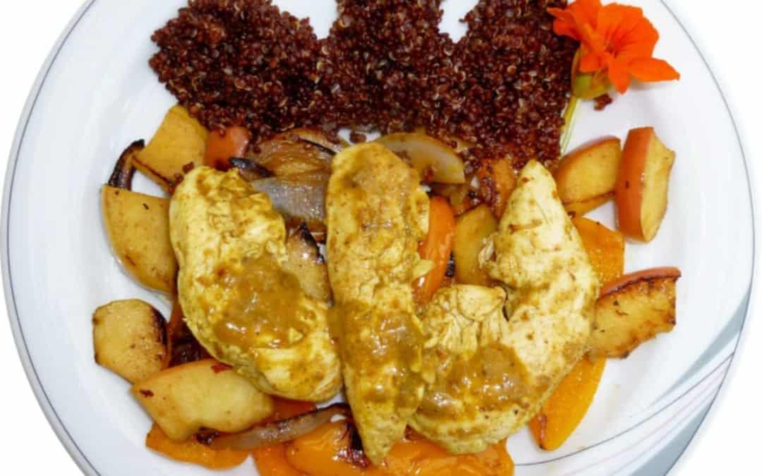 Pouletfilet mit Gemüse- und Apfelstücken und roter Quinoa